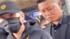 Jack trợn mắt với nhân viên an ninh vì hành động hất tay fan phũ phàng