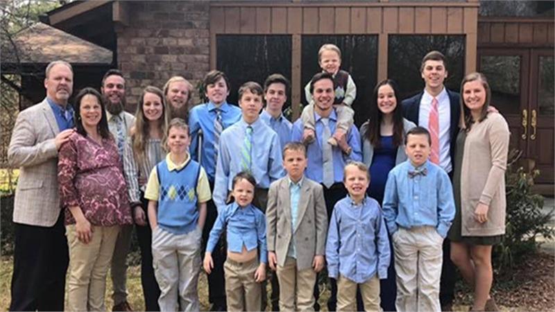 Cặp vợ chồng quyết sinh con gái sau khi có 14 người con trai