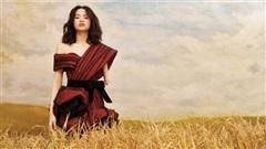 Model khuyết tay Hà Phương như 'thiên thần' giữa cánh đồng lúa