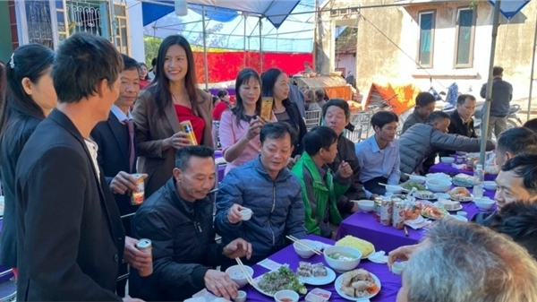 Thái Thị Hoa mổ gà đãi tiệc 100 khách tại quê nhà Hưng Yên sau Hoa hậu Trái Đất