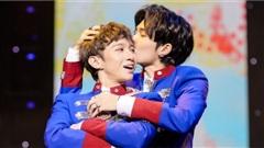 Cody - Đỗ Hoàng Dương mang OST 'Em là chàng trai của anh' lên sân khấu, hôn má nhau trước hàng trăm khán giả
