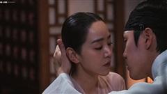 Hậu trường 'Mr. Queen': 'Chàng Hậu' Shin Hye Sun diễn cảnh giường chiếu nhiệt huyết đến nỗi Hoàng thượng không kịp ngóc đầu
