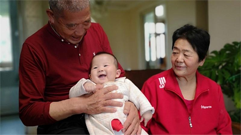 Cặp vợ chồng già U70 vẫn sung mãn chuyện yêu, sinh con thứ cách con đầu lòng 40 tuổi