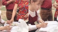Clip mừng cưới như thu lãi suất ngân hàng: Quan khách không bỏ phong bì mà đưa luôn tiền mặt để người nhà ghi sổ