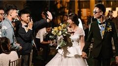 Đám cưới ngoài trời đẹp như phim: Chú rể lái xe máy chở cô dâu vào lễ đường, nhan sắc dàn khách mời toàn 'cực phẩm'