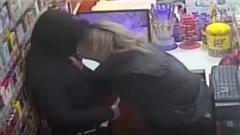 Thất tình, chàng trai uống đến say khướt rồi cưỡng hôn nam nhân viên cửa hàng tiện lợi