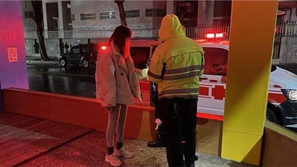 Cặp đôi cãi vã nảy lửa trên phố, cô gái khóc lóc ngăn cản khi bạn trai liên tục rạch cổ tay