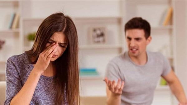 Bạn gái đòi chia tay, chàng trai ép bạn gái thân mật: 'Em không lên xe anh sẽ kẹp cửa làm gãy chân em'
