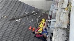 Cãi nhau với bạn trai, cô gái may mắn thoát chết sau khi nhảy từ tầng 4