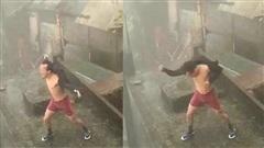 Phanh áo 'biểu diễn' hô mưa gọi gió giữa cơn bão số 9, người đàn ông lập tức bị chỉ trích