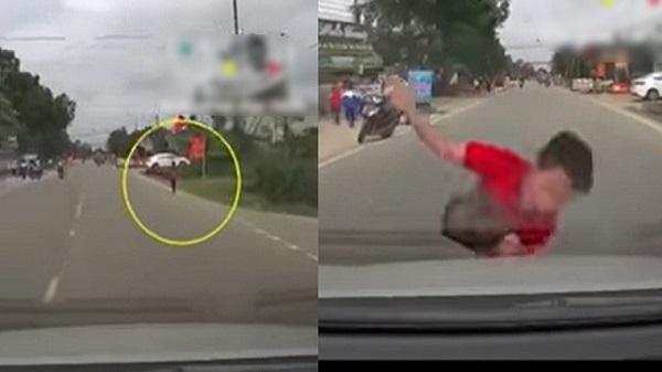 Thót tim khoảnh khắc bé trai bị xe ô tô đâm trực diện khi đang chạy qua đường