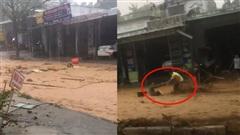 Kinh hoàng cơn lũ chảy xiết ở huyện Nam Trà My cuốn trôi người đi đường