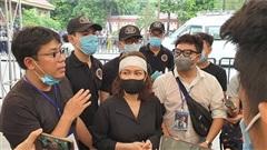 Việt Hương đội khăn tang, cho biết vợ cố nghệ sĩ Chí Tài xem được tang lễ tại Việt Nam