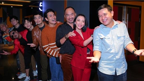 'Chị Mười Ba 2' sốt vé, fan vây kín cinetour hò hét gọi tên Thu Trang - Tiến Luật - Anh Tú