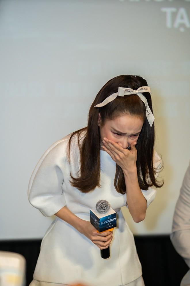 Nhã Phương bật khóc xin lỗi vì đến muộn họp báo.