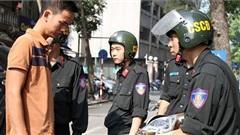 Đôi nam nữ cố tình 'thông chốt', đâm thẳng xe vào Cảnh sát cơ động