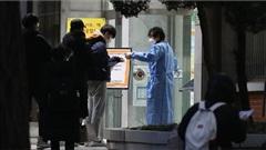 Phòng dịch Covid-19: Sĩ tử Hàn Quốc mặc đồ bảo hộ kín như bưng tới trường thi