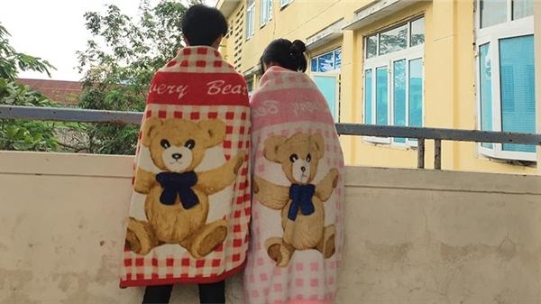 Đi học ngày lạnh: Có cặp mang cả 'chăn đôi' đến lớp, để giữ ấm chỉ để hở... cái mặt