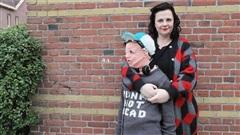 Người mẹ tự tay làm mô hình con trai bằng len để thỏa thích ôm hôn con mỗi ngày