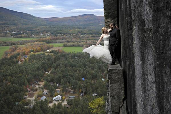 Cặp đôi chơi trội chụp ảnh cưới trên vách đá chênh vênh 0