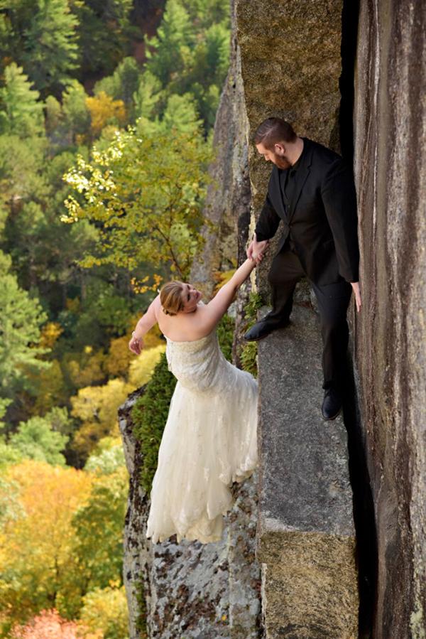 Cặp đôi chơi trội chụp ảnh cưới trên vách đá chênh vênh 1