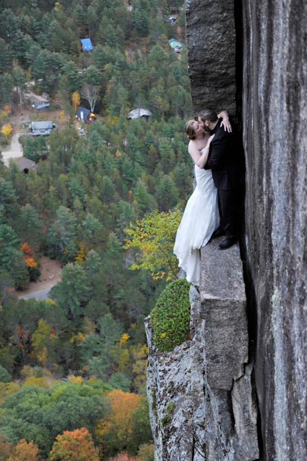 Cặp đôi chơi trội chụp ảnh cưới trên vách đá chênh vênh 3