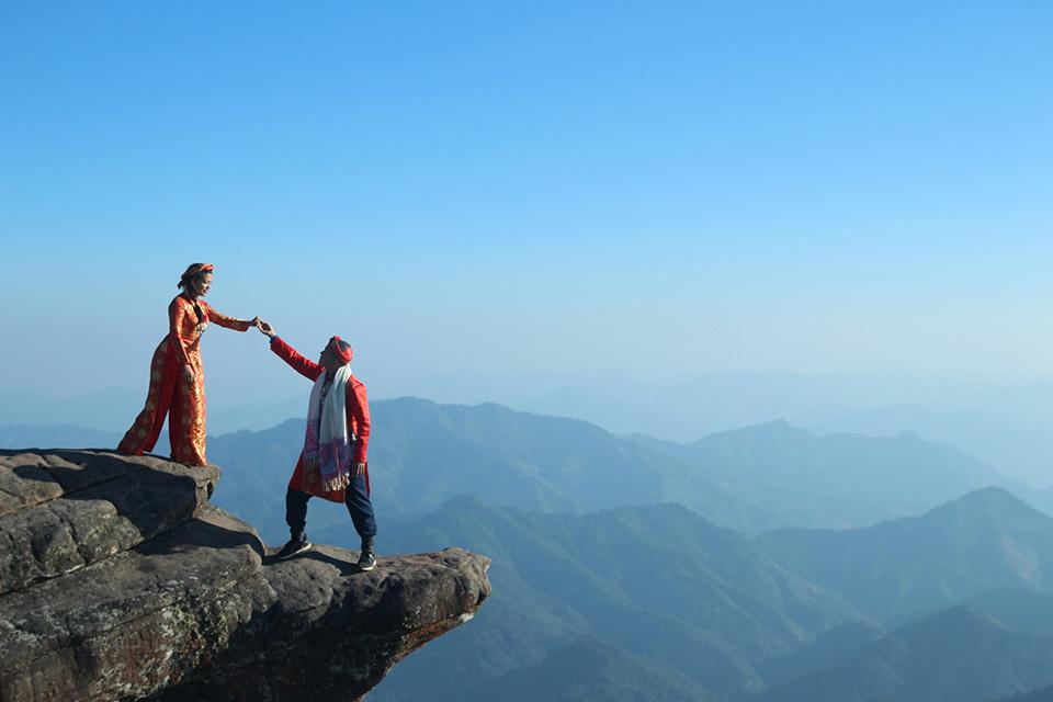 Và đó là lý do dân mạng được chiêm ngưỡng bộ ảnh cưới độc của cặp đôi đem thêm áo dài cưới lên đỉnh Pha Luông (Sơn La).