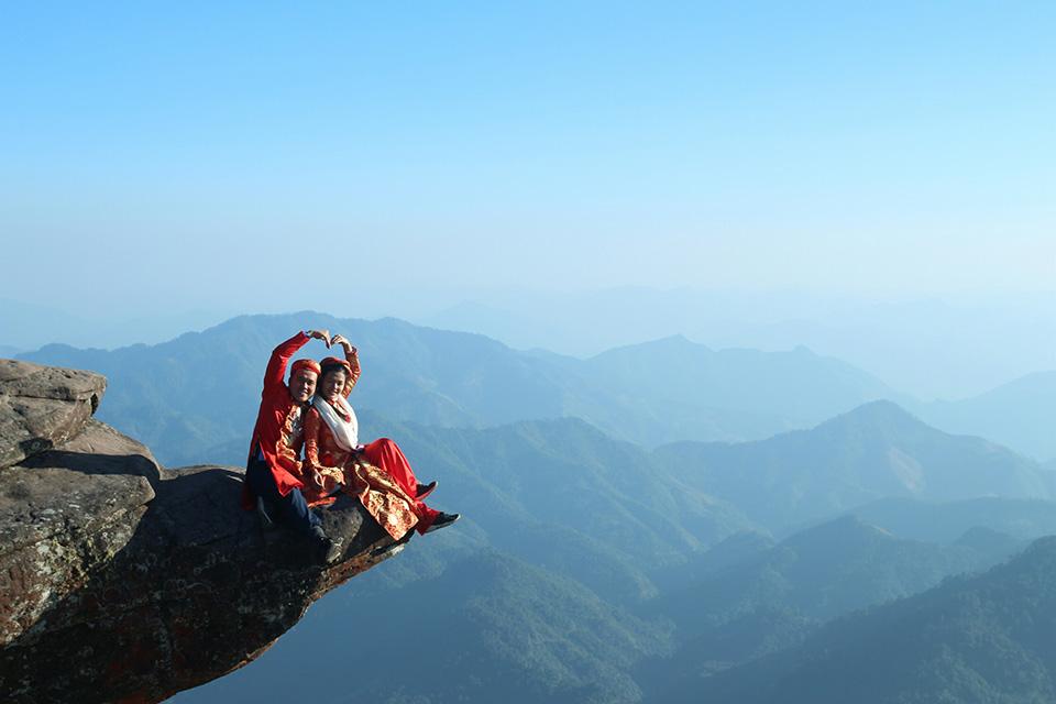 'Cả hai đang có ý định chinh phục tất cả các đỉnh núi cao nơi có những 'mỏm đá sống ảo' đem thực hiện bộ ảnh cưới để đời. Vì mình chắc chắn rằng chưa có bạn trẻ nào làm việc này cả', cả hai hào hứng chia sẻ kế hoạch của mình.