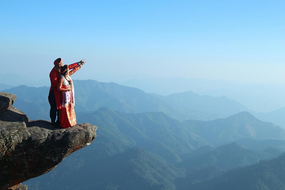 Bật mí thêm về những shot hình 'độc' trên đỉnh Pha Luông, cặp uyên ương phải leo bộ 3 tiếng đồng hồ. Vì không đủ điều kiện để thuê thợ ảnh chuyên nghiệp nên Huy Thành và Kim Phượng chỉ nhờ một bạn nhỏ mới quen khi leo núi cùng chụp hộ.