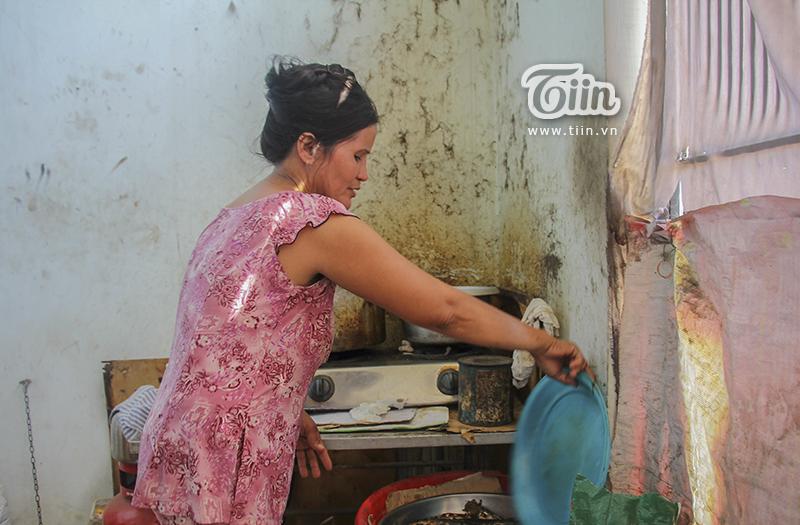 Góc bếp nơi cô Chi hàng ngày chuẩn bị những phần thức ăn cho mèo hoang trên đường