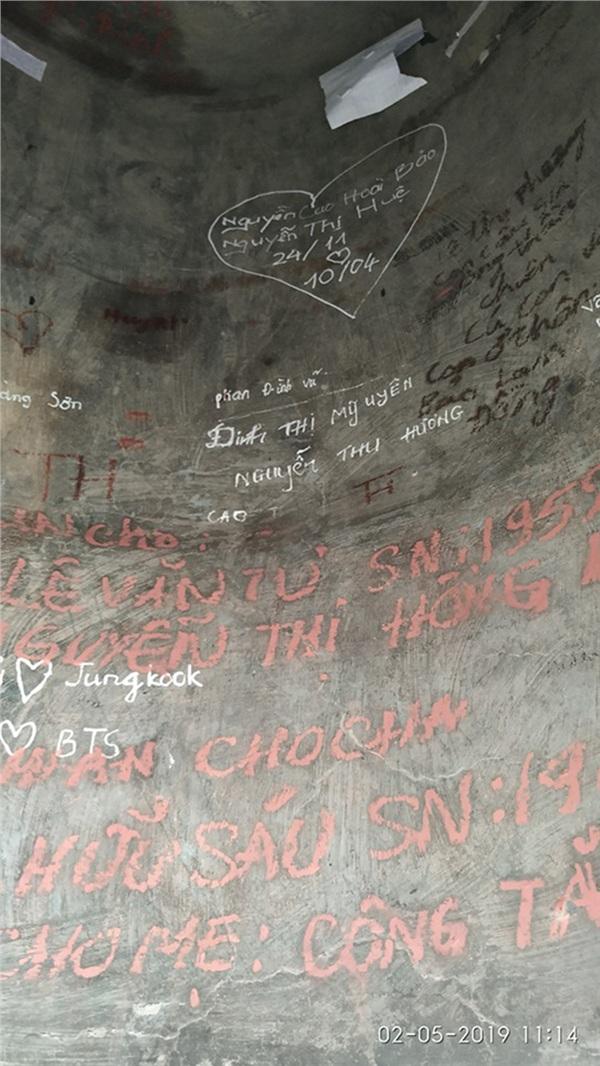 Ngán ngẩm trước 'tình yêu' các cặp đôi để lại trên chiếc chuông lớn trong ngôi chùa nổi tiếng ở Lâm Đồng 1