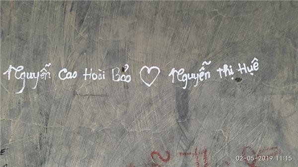Ngán ngẩm trước 'tình yêu' các cặp đôi để lại trên chiếc chuông lớn trong ngôi chùa nổi tiếng ở Lâm Đồng 3