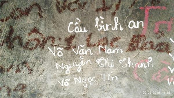 Ngán ngẩm trước 'tình yêu' các cặp đôi để lại trên chiếc chuông lớn trong ngôi chùa nổi tiếng ở Lâm Đồng 6