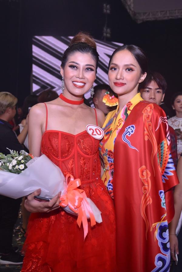 Cũng tại cuộc thi Siêu mẫu 2018, Hương Giang và Quỳnh Hoa đã cùng nâng chiếc cúp danh cho người đạt giải Vàng.