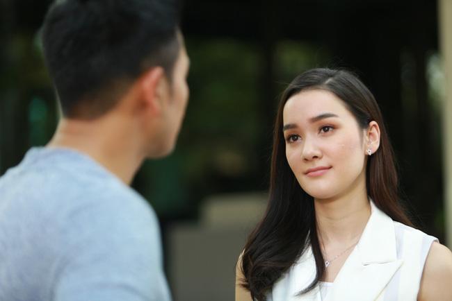 Thúy cười nhạt khi nghe những lời Nam giải thích. Sự nhạy cảm đã giúp cô giữ được chồng mình. (Ảnh minh họa)