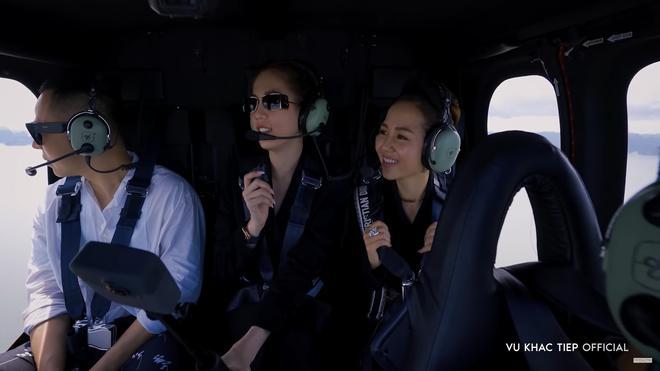 Ngọc Trinh khoe cơ thể trong tiệc sinh nhật, thuê trực thăng du lịch