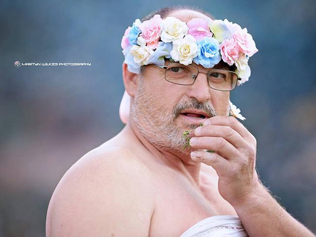 Ông bầu này còn dịu dàng thổi hoa nữa chứ.