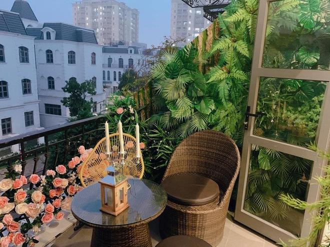 Ban công của biệt thự không quá rộng nhưng rất 'chill'. Hai vợ chồng anh đã trang trí thêm cây cảnh, hoa, bộ bàn ghế mây tạo cảm giác gần gũi, lãng mạn.