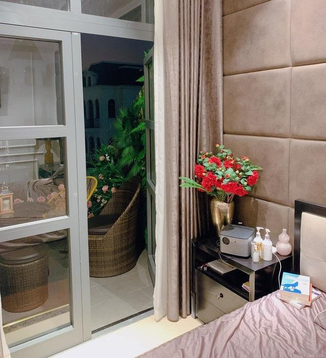 Trong phòng ngủ, vợ chồng nam ca sĩ treo thêm tranh, trang trí bình hoa ở đầu giường để tạo cảm giác thoải mái, ấm cúng mà vẫn rất nghệ thuật.