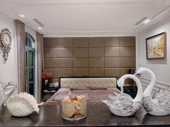 Phòng ngủ của vợ chồng Tuấn Hưng hướng ra ban công. Bên trong được trang trí bằng tông màu trắng - hồng, tổng thế căn phòng rất tinh tế và lãng mạn.