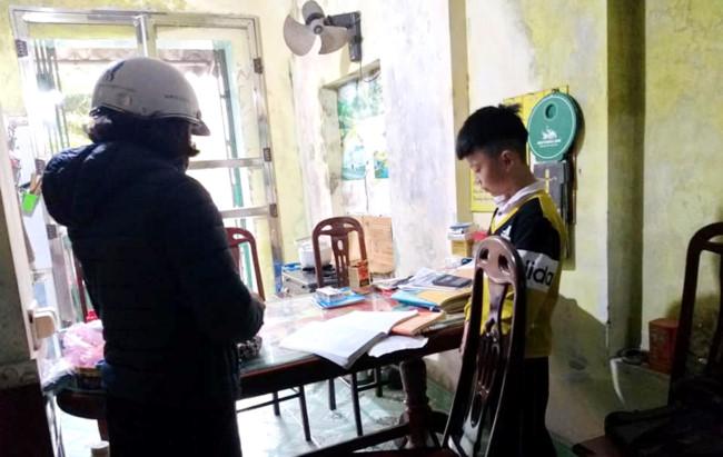 Giáo viên kiểm tra đột xuất ý thức tự học ở nhà của các em học sinh.