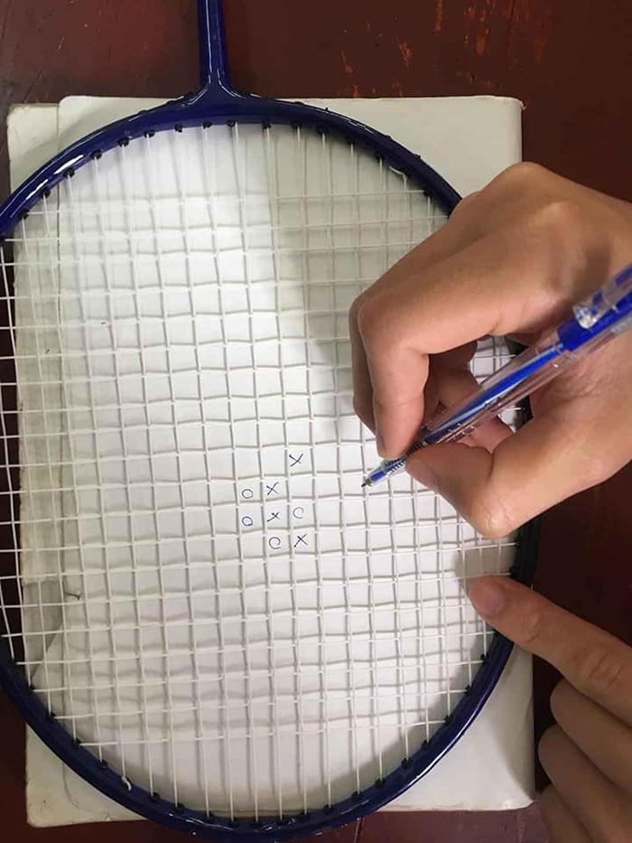 Không được ra ngoài tụ tập, đành tự chơi một mình với chiếc vợt cầu lông vậy...