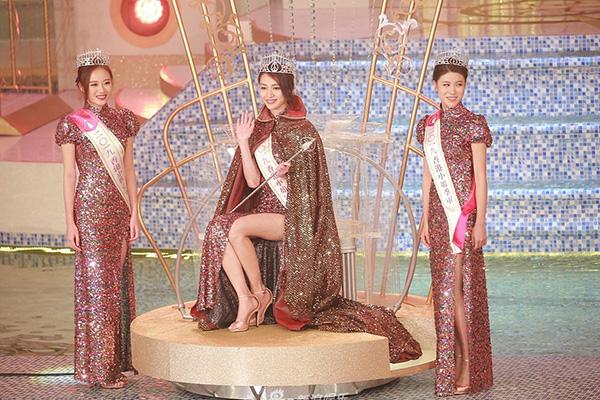 Cuộc thi Hoa hậu Hong Kong 2020 không tổ chức, tương đương với việc Top 3 người đẹpHoàng Gia Văn cùng các á hậu Vương Phi, Cổ Bội Linh sẽ giữ nhiệm kỳ thêm một năm.