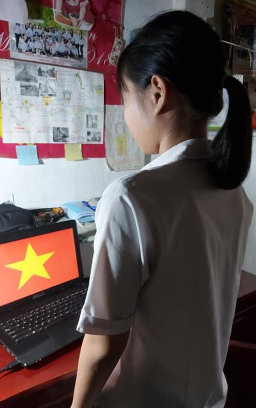 Học online ở nhà, teen Bình Phước vẫn không quên chào cờ trực tuyến qua máy tính, điện thoại 1