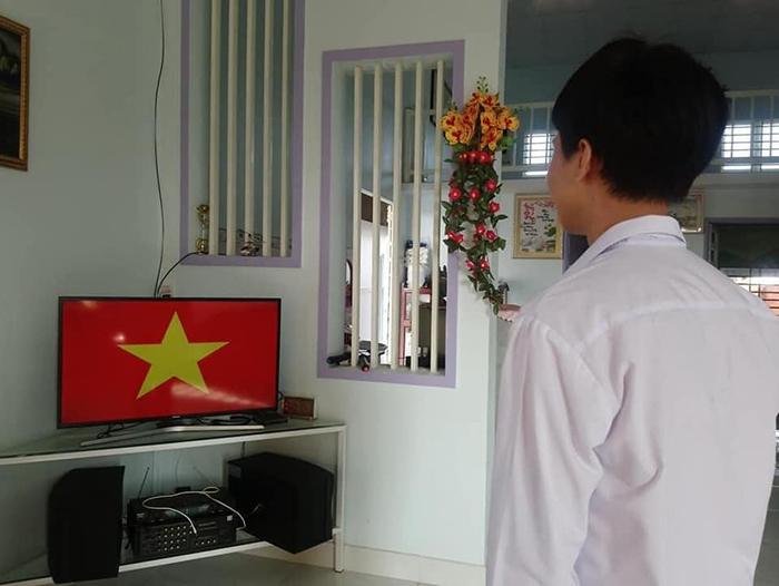 Học online ở nhà, teen Bình Phước vẫn không quên chào cờ trực tuyến qua máy tính, điện thoại 4