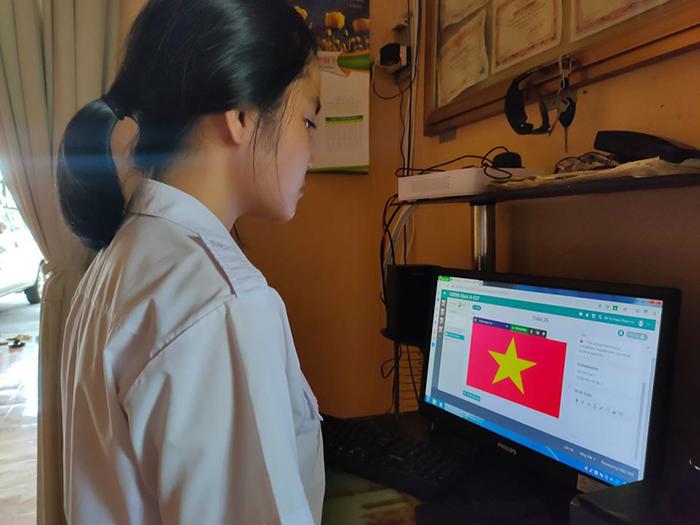 Học online ở nhà, teen Bình Phước vẫn không quên chào cờ trực tuyến qua máy tính, điện thoại 7