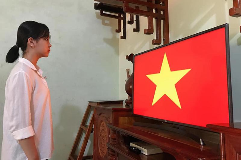 Học online ở nhà, teen Bình Phước vẫn không quên chào cờ trực tuyến qua máy tính, điện thoại 5