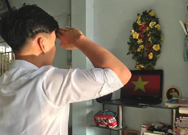 Học online ở nhà, teen Bình Phước vẫn không quên chào cờ trực tuyến qua máy tính, điện thoại 8
