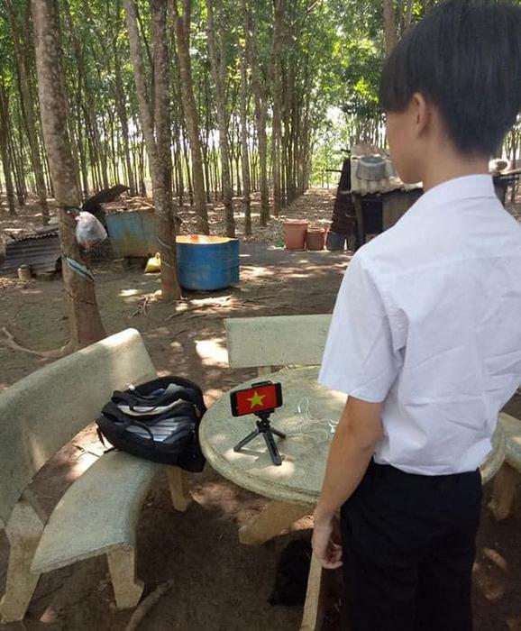 Học online ở nhà, teen Bình Phước vẫn không quên chào cờ trực tuyến qua máy tính, điện thoại 9