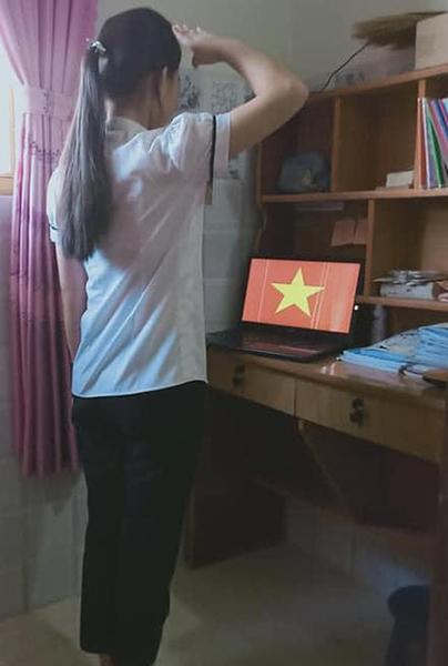 Học online ở nhà, teen Bình Phước vẫn không quên chào cờ trực tuyến qua máy tính, điện thoại 3
